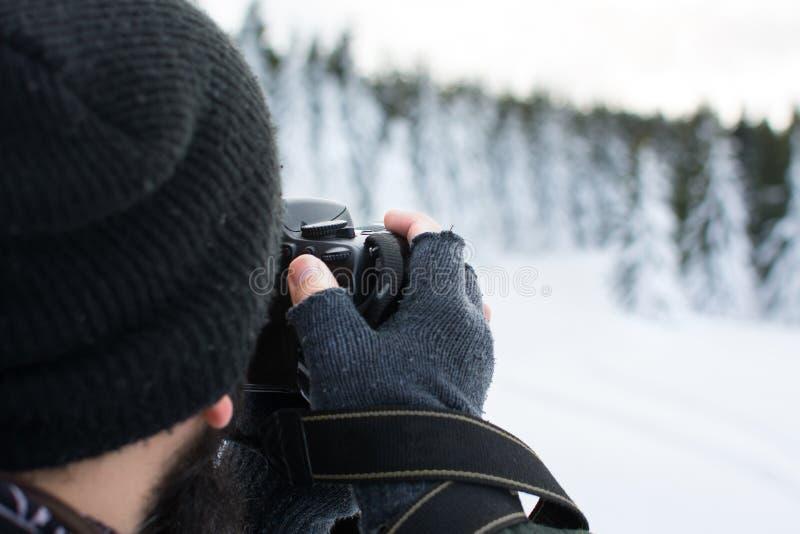 Fotógrafo que toma la imagen en un día de invierno imagen de archivo libre de regalías