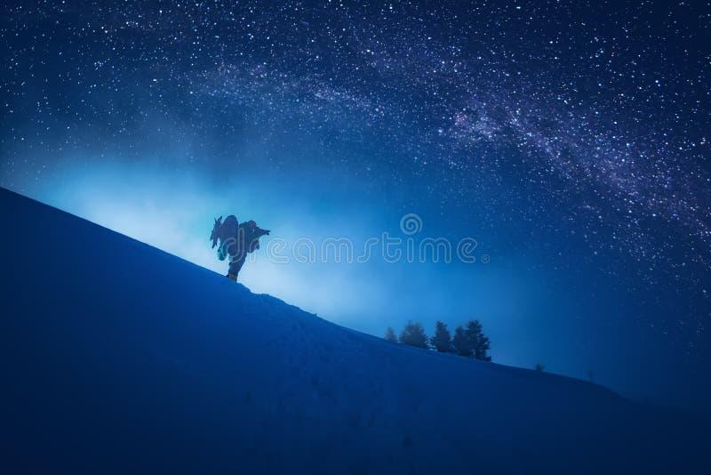 Fotógrafo que toma uma imagem do céu estrelado imagens de stock