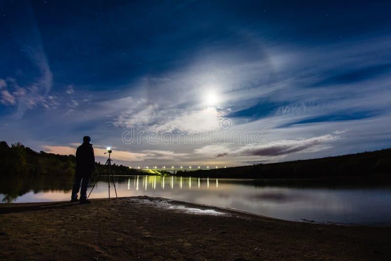Fotógrafo que toma una foto del halo del fenómeno atmosférico imagen de archivo libre de regalías