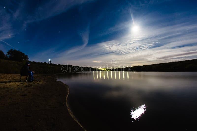 Fotógrafo que toma una foto del halo del fenómeno atmosférico fotos de archivo libres de regalías