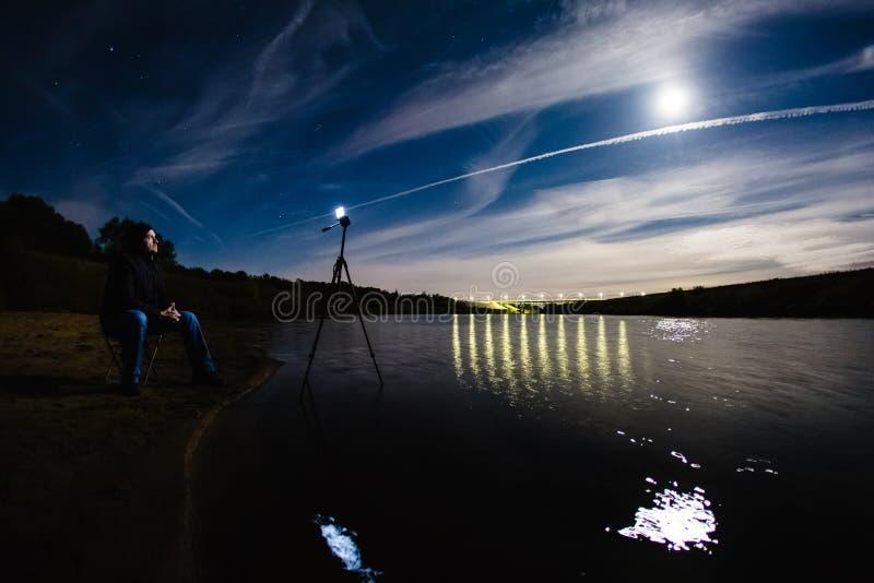 Fotógrafo que toma una foto del paisaje épico de la noche fotografía de archivo
