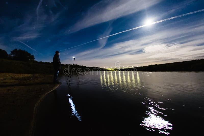 Fotógrafo que toma una foto del paisaje épico de la noche fotografía de archivo libre de regalías