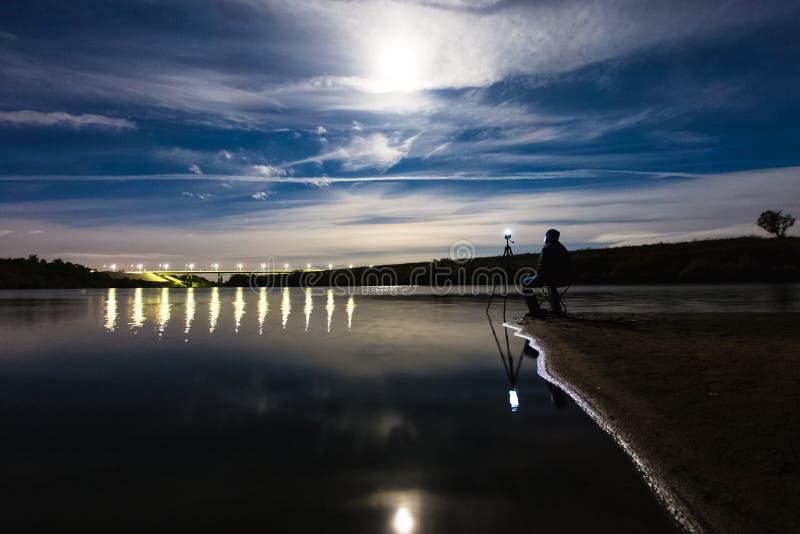Fotógrafo que toma una foto del paisaje épico de la noche foto de archivo libre de regalías
