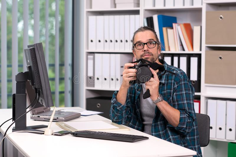 Fotógrafo que trabaja en su oficina imagenes de archivo