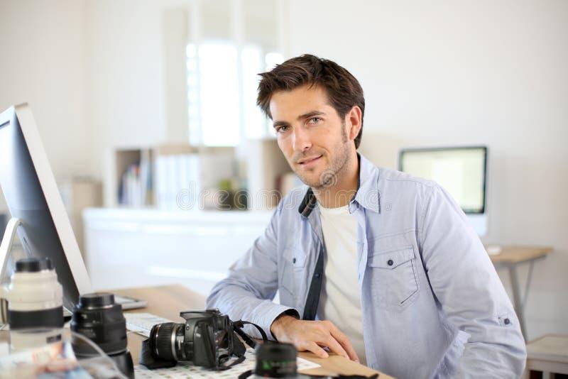 Fotógrafo que trabalha no escritório fotografia de stock