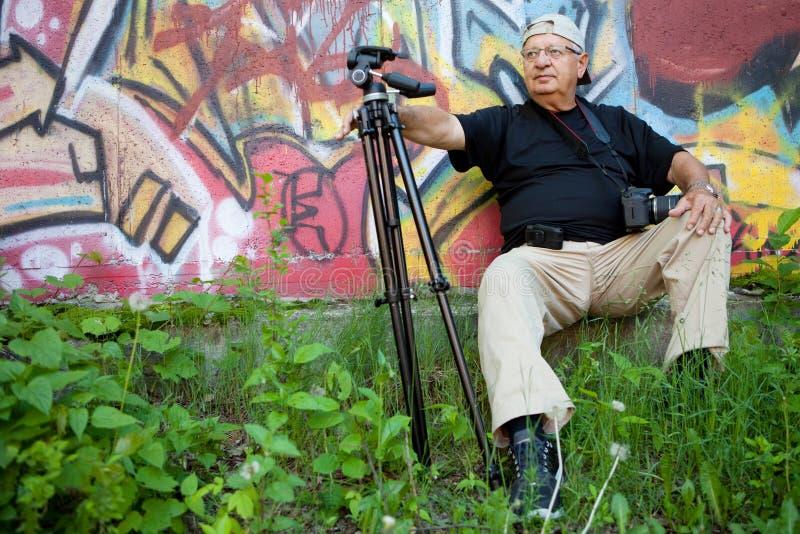 Fotógrafo sênior que relaxa fotografia de stock