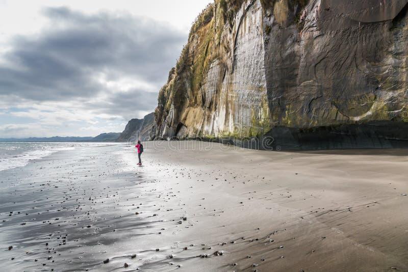 Fotógrafo só da mulher em um Sandy Beach fotografia de stock