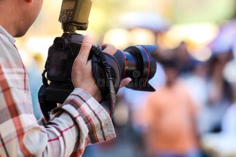 Fotógrafo y cámara digital foto de archivo libre de regalías