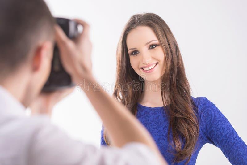 Fotógrafo y modelo. imagenes de archivo