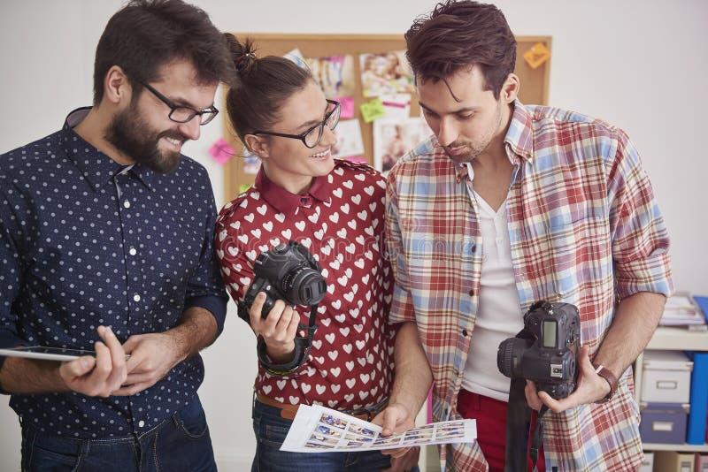 Fotógrafos en el trabajo foto de archivo