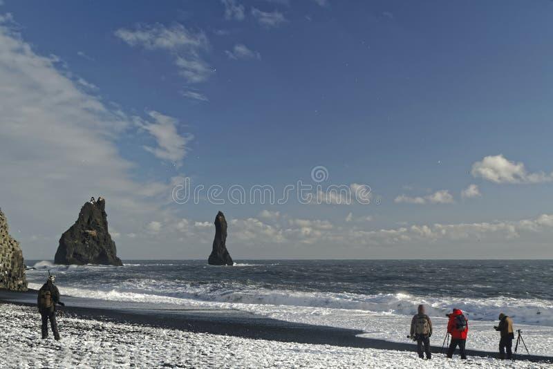 Fotógrafos en la playa de Vik imagen de archivo libre de regalías
