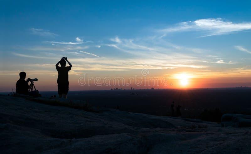 Fotógrafos en la puesta del sol foto de archivo