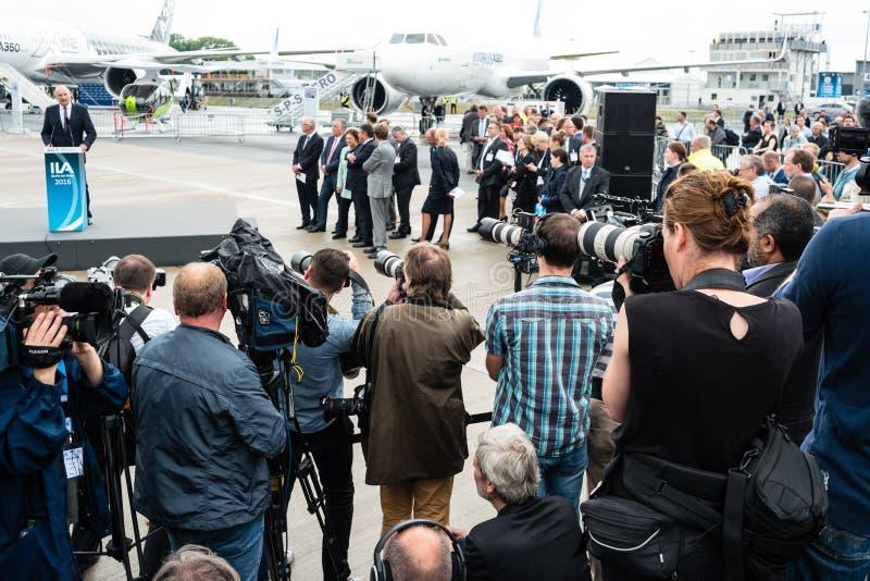 Fotógrafos y periodistas en una rueda de prensa imagen de archivo libre de regalías