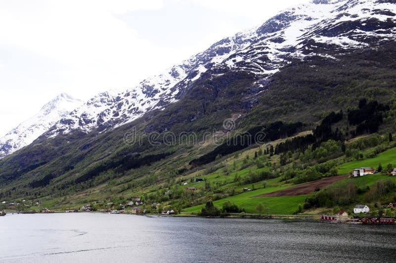 Fot av berget med ett stycke av Plowed land arkivfoton
