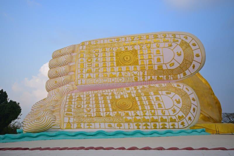 Fot av Buddha mot bakgrund för blå himmel royaltyfria bilder