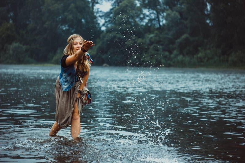 Fot av en kvinna i en flod arkivfoto