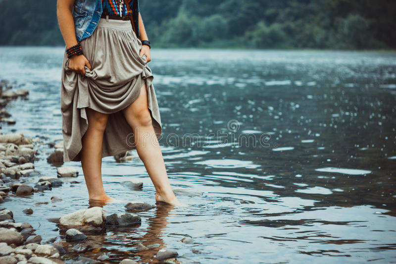 Fot av en kvinna i en flod royaltyfri fotografi