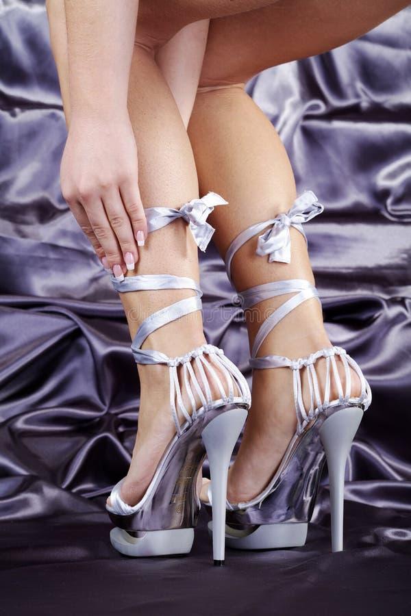 Fot av en kvinna med skor arkivfoton