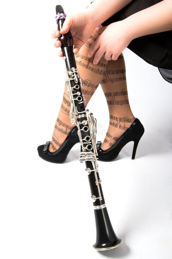 Fot av flickan och klarinetten arkivbilder