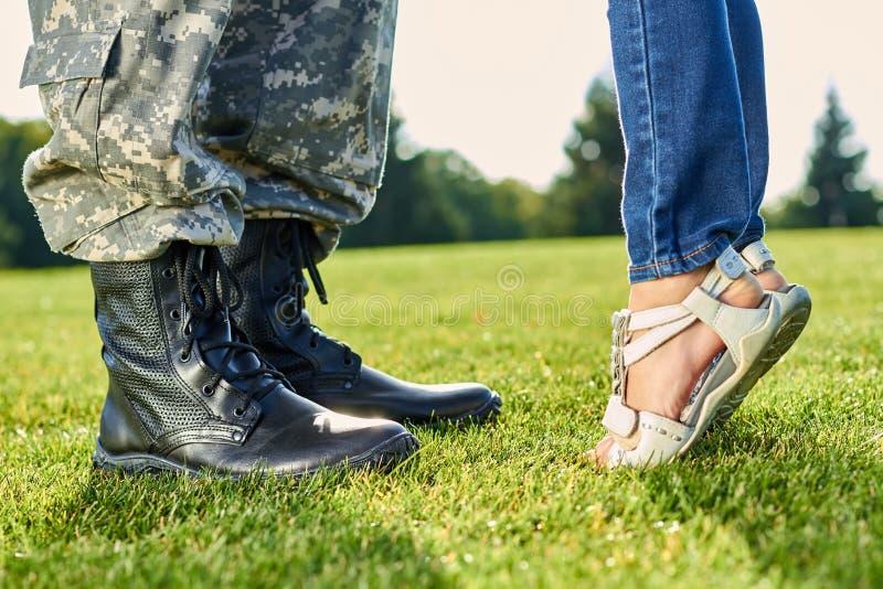 Fot av soldaten en liten flicka utomhus royaltyfri bild