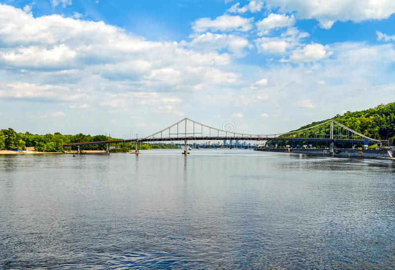 Fot- bro över den Dnieper floden Härlig sikt på Truk royaltyfria bilder