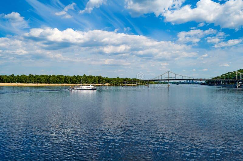 Fot- bro över den Dnieper floden Härlig sikt på Truk royaltyfria foton