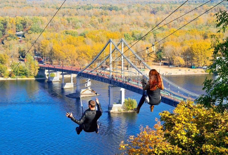 Fot- bro över den Dnieper floden i Kiev royaltyfria foton
