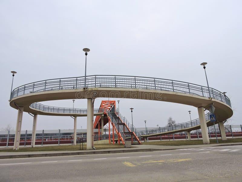 Fot- bro över drevspåren, Litauen royaltyfria foton