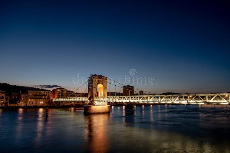 Fot- bro över floden Rhone i Vienne, Frankrike royaltyfria foton