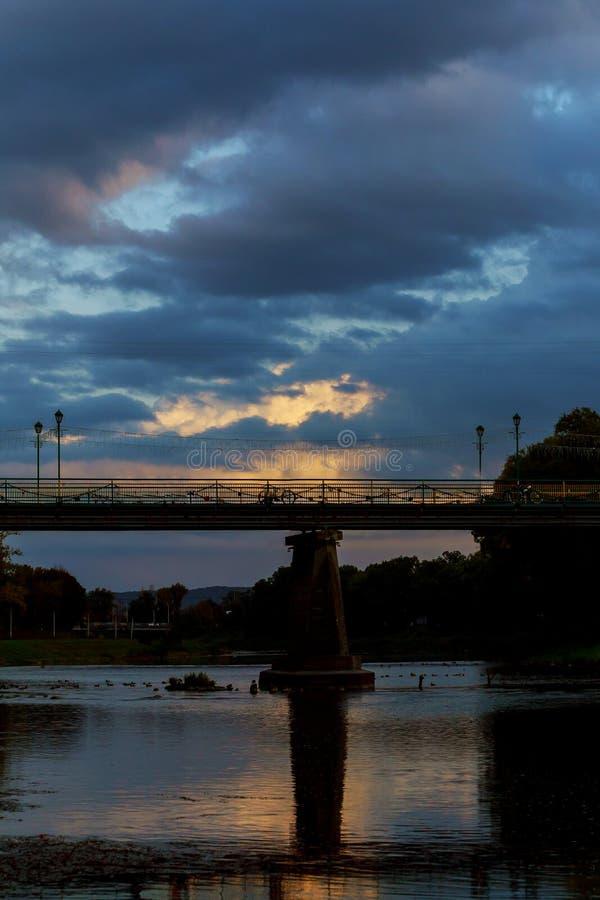 Fot- bro för solnedgång mitten av Uzhgorod i aftonen, Ukraina arkivbilder