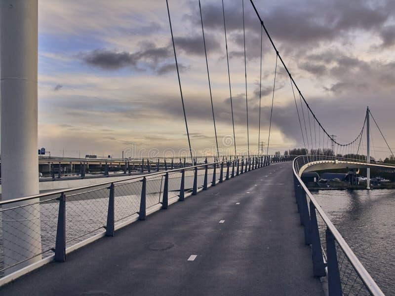 Fot- bro i Amsterdam på soluppgångsommar arkivfoto