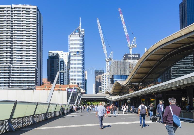 Fot- bro på södra korsetjärnvägsstationen i Melbourne CBD royaltyfria foton