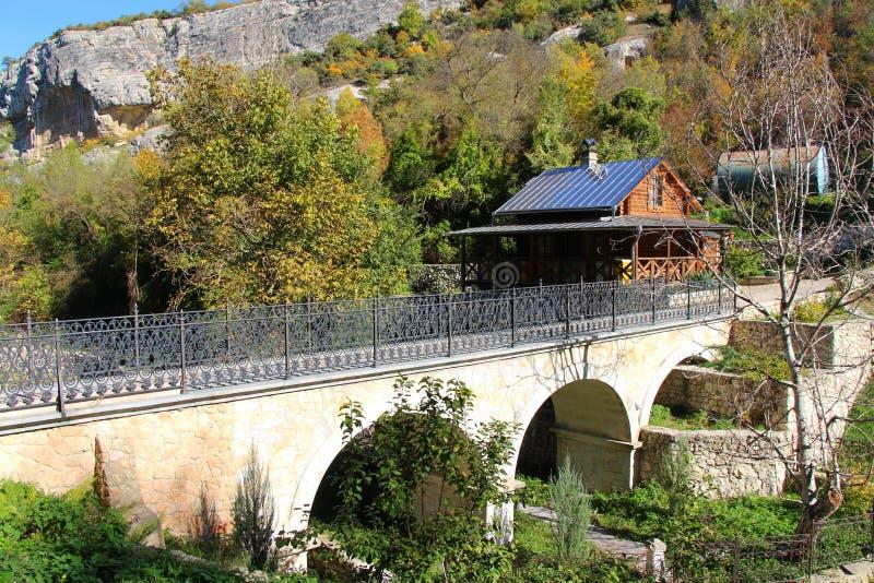 Fot- bro vid ett trähus arkivbild