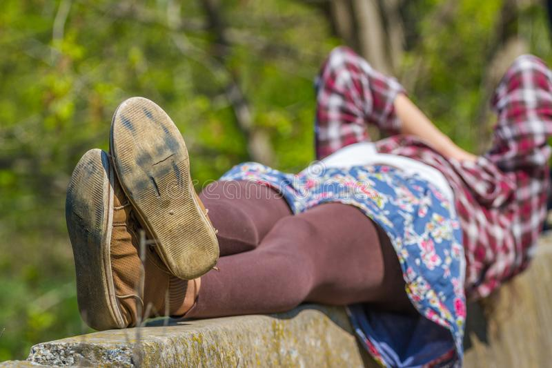 Fot för kvinna` s begrepp av vila och avkopplingen Skor sular, parar arkivfoton