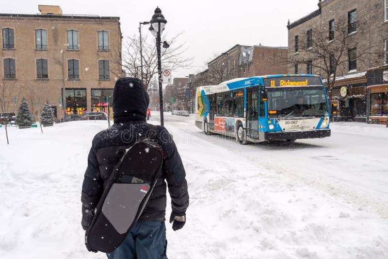Fot- gå på Mont-kunglig person aveny under snöstorm fotografering för bildbyråer