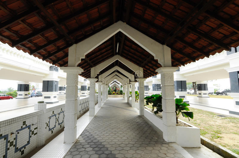 Fot- gångbana på Sultan Abu Bakar State Mosque i Johor Bharu, Malaysia royaltyfri foto