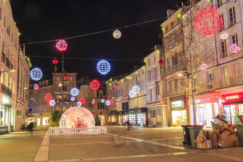 Fot- gata som är upplyst vid talrik julgarnering i centret av niort arkivfoton