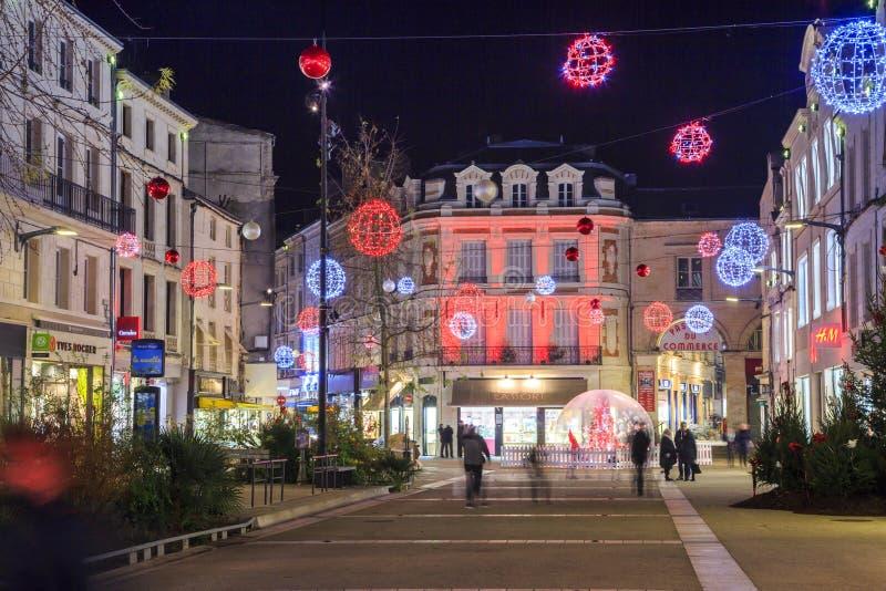 Fot- gata som är upplyst vid talrik julgarnering i centret av niort royaltyfria bilder