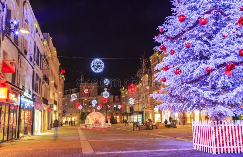 Fot- gata som är upplyst vid talrik julgarnering i centret av niort fotografering för bildbyråer
