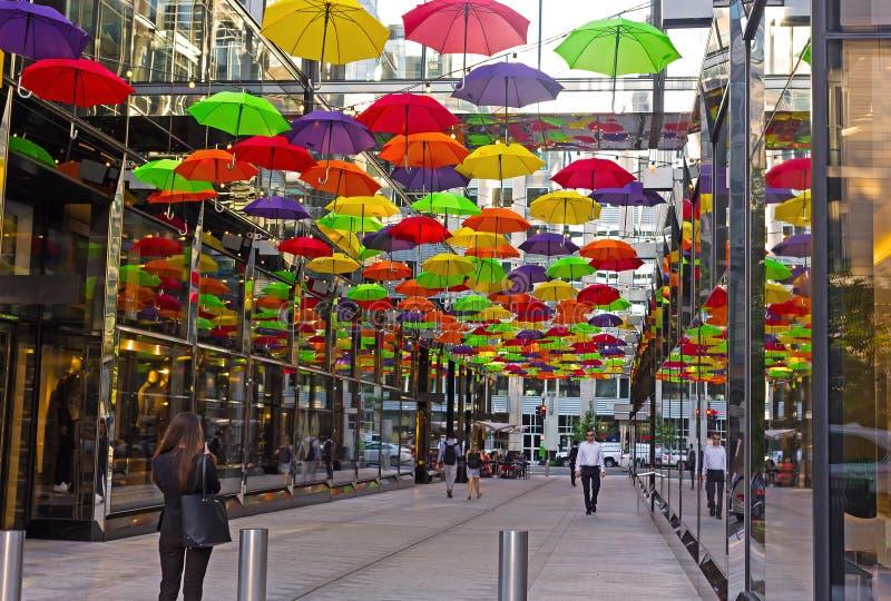 Fot- gränd med färgrika paraplyer i Washington DCcentret, USA fotografering för bildbyråer