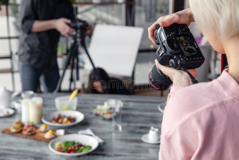 Fot?grafo da menina de R?ssia Kemerovo 2019-03-10 que tomam a imagens na c?mera profissional Canon 5D Mark IV e v?rios pratos, sa fotos de stock