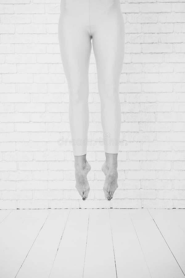Fot hopp Hennes ambition vet ingen hejd Balettdansörfot Höjdhopp Hennes stora ambition är att vara en dansare arkivbilder
