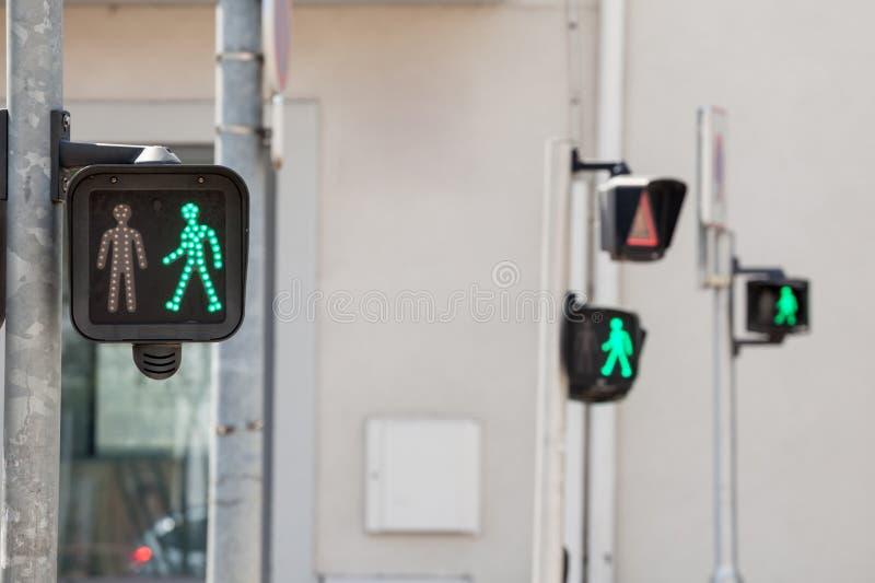 Fot- klartecken på en trafikljus och att stå ut med av den franska och europeiska trafikreglementet som låter gå folkkorset arkivfoto