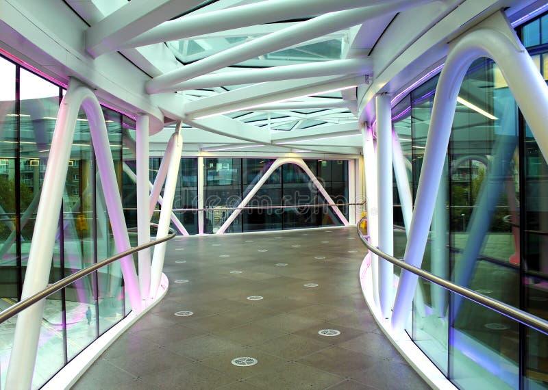 Fot- modern tunnelbro som förbinder två byggnader royaltyfri fotografi