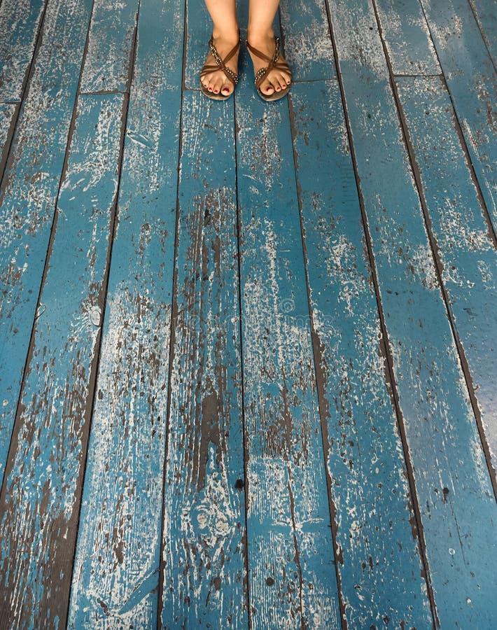 Fot på blå träbakgrund arkivbilder