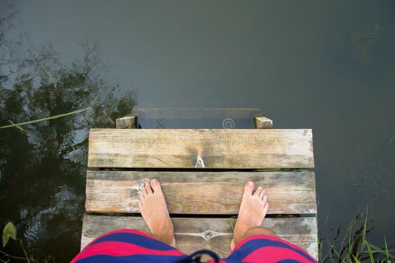 Fot på träbron arkivfoto