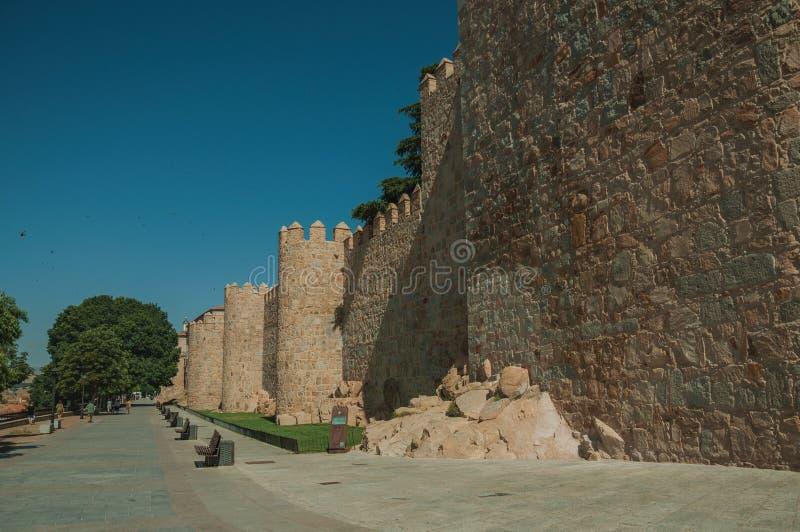 Fot- promenad bredvid väggen för stor stad på Avila arkivbild