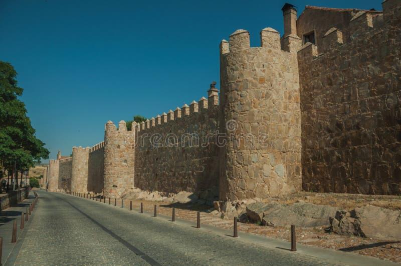 Fot- promenad bredvid väggen för stor stad på Avila royaltyfri fotografi