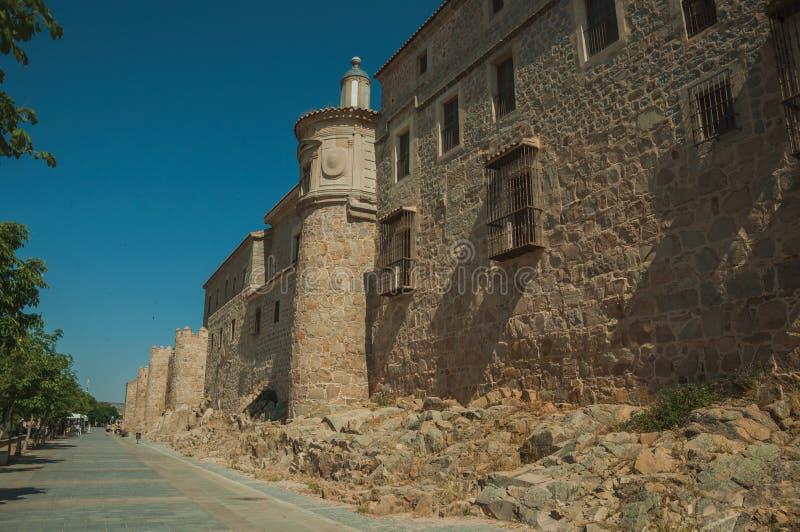 Fot- promenad bredvid väggen för stor stad på Avila arkivbilder