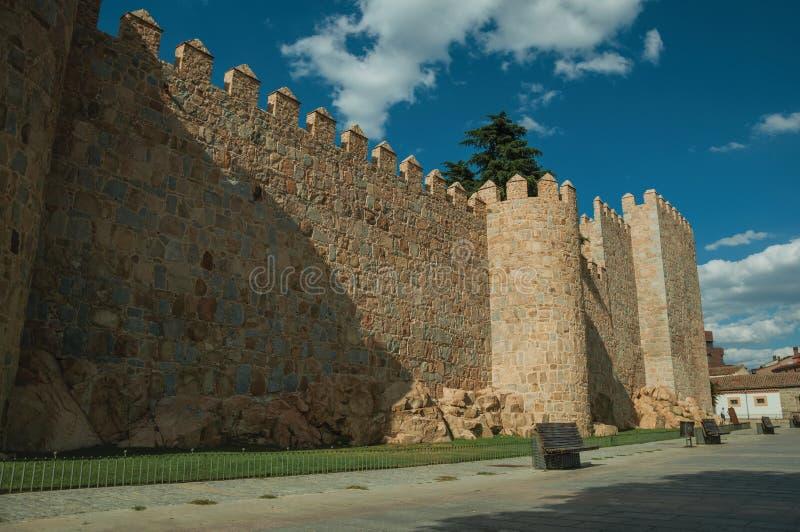 Fot- promenad bredvid väggen för stor stad på Avila royaltyfri foto